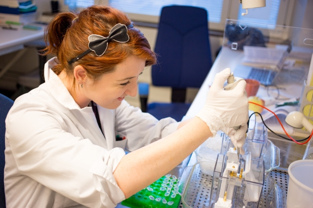 Caitrin in the lab